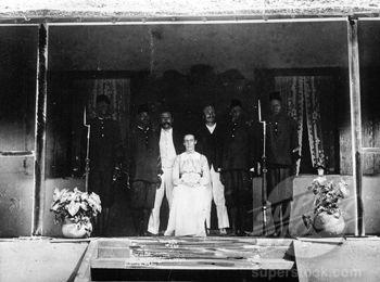 Alice Seeley Harris entourée de son mari John et d'un autre missionnaire
