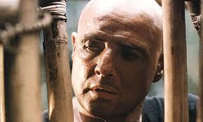 Marlon Brando dans le rôle du colonel Walter Kurtz, dans le film Apocalypse Now inspiré du roman de Conrad